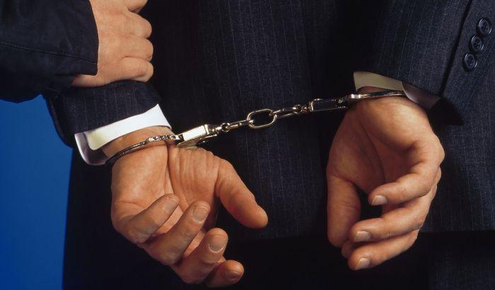 Руки в наручниках